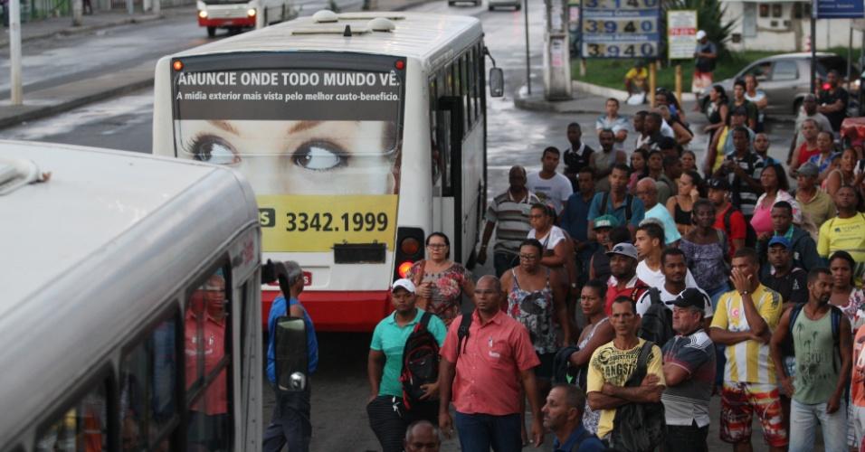 15.abr.2016 - Uma paralisação em Salvador provocou enormes filas nos pontos de ônibus da cidade. Os ônibus deixaram de circular por 4 horas como parte de um protesto contra o impeachment da presidente Dilma Rousseff