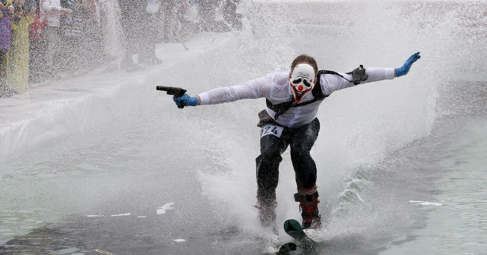 17.abr.2016 - Esquiador tenta cruzar piscina de água gelada durante o Gornoluzhnik, evento amador anual que marca o fim da temporada de esqui, em Krasnoyarsk, na Rússia. Os participantes vão fantasiados e podem usar uma prancha de snowboard ou o esqui