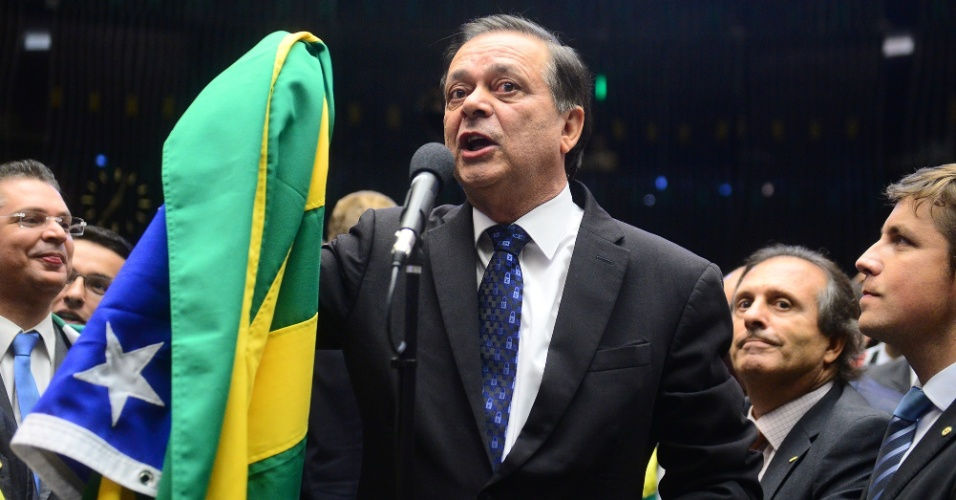 17.abr.2016 - O relator do parecer do impeachment na Comissão Especial, deputado Jovair Arantes (PTB-GO), vota pela continuação do processo segurando uma bandeira do Brasil, na Câmara dos Deputados