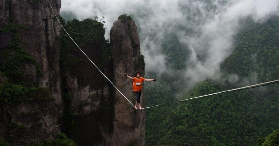 8.mai.2016 - Um competidor anda em uma corda bamba durante performance em Taizhou, na China. A prova avalia a distância que o participante consegue caminhar sem cair