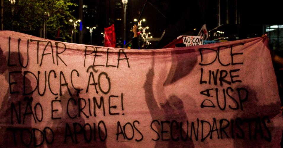 13.mai.2016 - Manifestantes fazem protesto, em São Paulo, em solidariedade aos estudantes que foram detidos pela Polícia Militar, nesta sexta-feira (13). Cerca de 50 alunos que ocupavam a Etesp (Escola Técnica Estadual de São Paulo) e três órgãos regionais de ensino (Centro-Oeste, Norte 1 e uma em Guarulhos) foram levados para delegacias durante ação da PM para desocupar os prédios