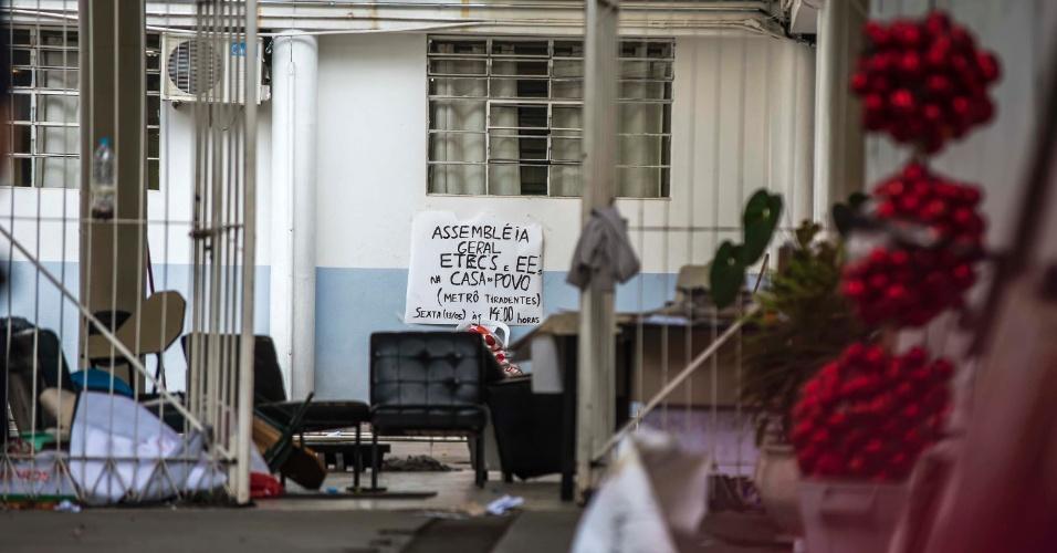 13.mai.2016 - PM retira estudantes da Delegacia Regional de Ensino Oeste em São Paulo; estudantes protestavam por alimentação das etecs do Centro Paula Souza