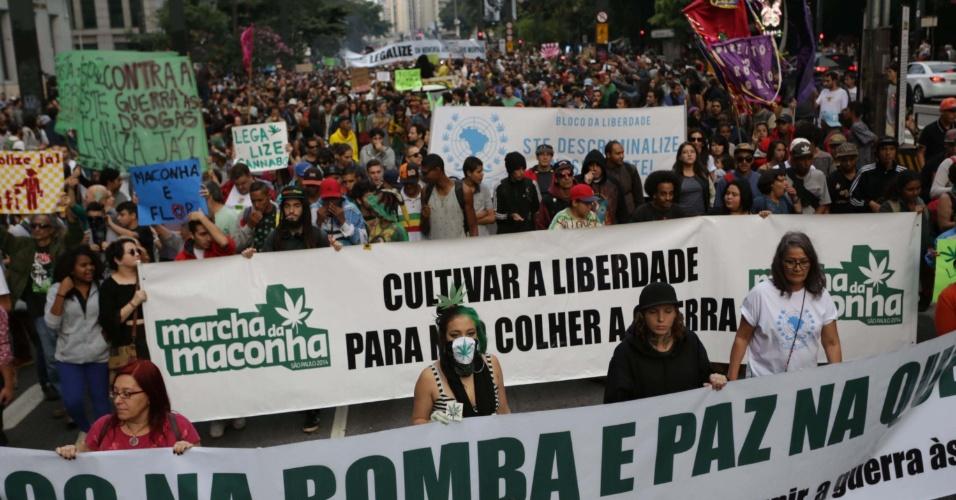 """14.mai.2016 - Marcha da maconha segue pela avenida Paulista, em São Paulo, em defesa da legalização. O tema da manifestação é """"Fogo na bomba e paz na quebrada"""""""