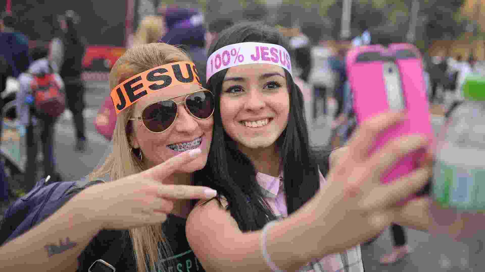 26.mai.2016 - Mulheres tiram selfie na concentração da 24ª edição da Marcha para Jesus, que percorrerá ruas do centro e da zona norte de São Paulo (SP). O evento pretende reunir mais de 500 denominações evangélicas - Reinaldo Canato / UOL