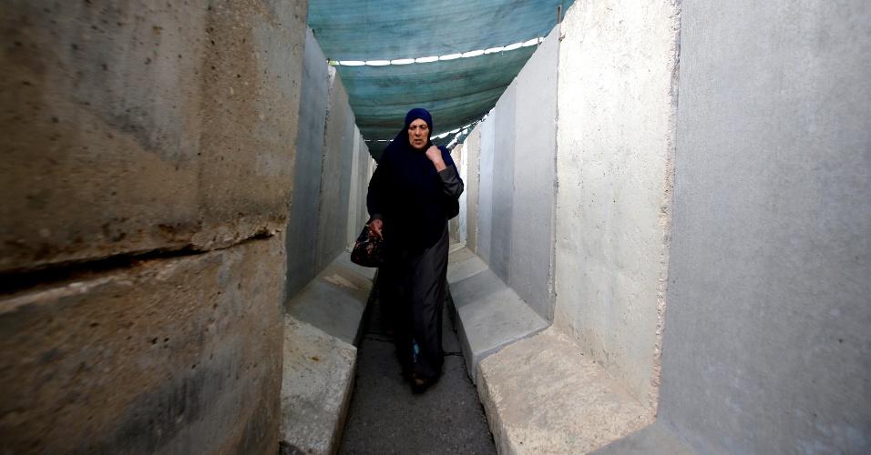 10.jun.2016 - Palestina caminha por posto de controle instalado por Israel entre Belém, na Cisjordânia ocupada, e Jerusalém para chegar à mesquita de al-Aqsa, no centro histórico de Jerusalém, na primeira sexta-feira do Ramadã