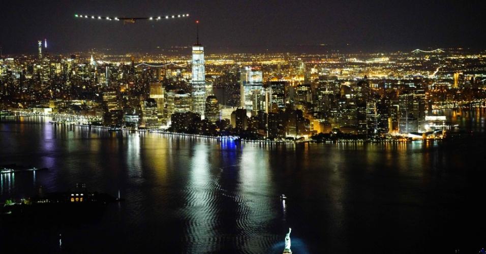 11.jun.2016 - O avião Solar Impulse 2 se aproxima de Nova York para pouso no aeroporto JFK, após decolar de Lehigh Valley, a cerca de 120 km. A aeronave movida a energia solar partiu de Abu Dhabi em 9 de março de 2015 com o projeto de voar ao redor do mundo, em uma jornada de 35 mil quilômetros e 500 horas. Neste sábado, ao chegar a Nova York, a expedição completou 29.800 km de viagem, faltando apenas duas etapas para a conclusão, de volta a Abu Dhabi