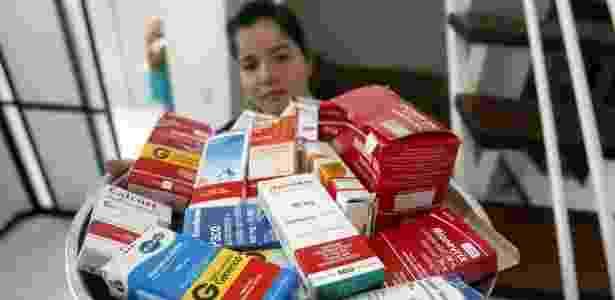 A baiana Dannyelle Campelo, 32, toma diversos remédios devido à chikungunya - Luiz Tito/Folhapress