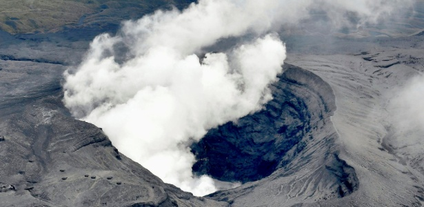 Monte Aso entra em erupção, em Kumamoto, Japão
