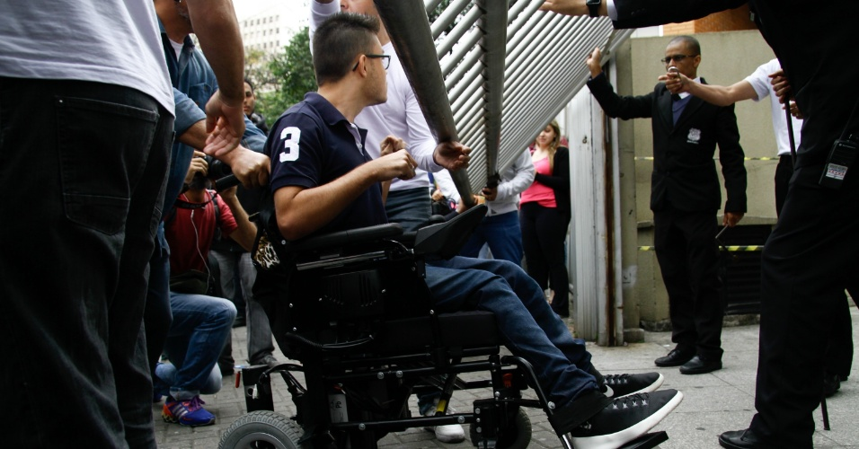 5.nov.2016 - Candidato Nathan Israel, deficiente físico, chega atrasado por falta de informações e mobilidade para provas do Enem 2016 na Uninove em São Paulo, SP, neste sábado (5).