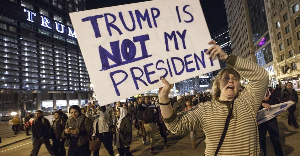 9.nov.2016 - Mulher protesta contra o resultado das eleições norte-americanas em Chicago, Illinois