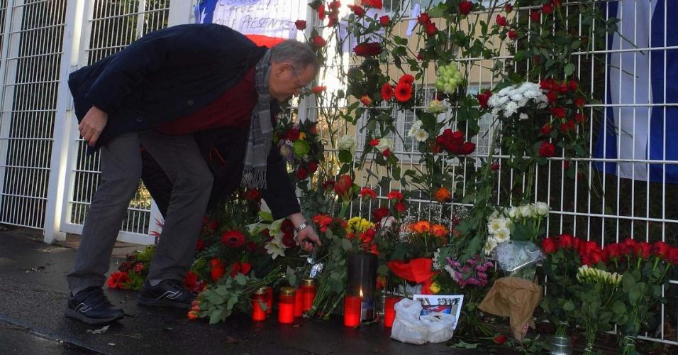 27.nov.2016 - Em homenagem a Fidel Castro, flores e velas foram colocadas em frente à embaixada cubana em Berlim