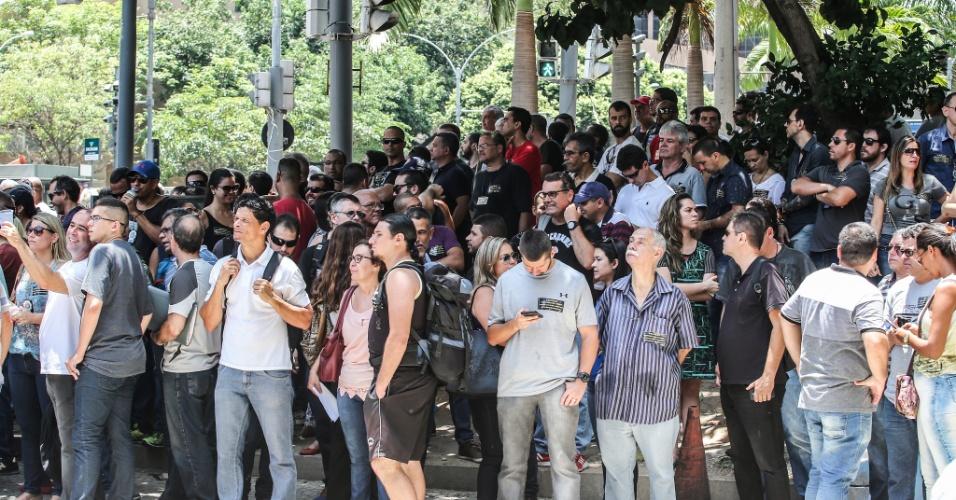 12.dez.2016 - Servidores se protegem do sol na região da Assembleia Legislativa do Rio de Janeiro, durante protesto de servidores estaduais contra o pacote de austeridade do governo