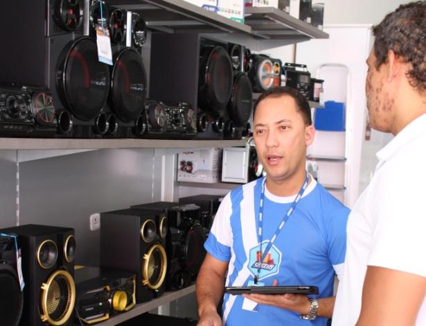 Renda do agronegócio movimenta o comércio. Contratado há dois meses, José Francis Pereira Neves já bateu sua meta de vendas e dobrou salário com comissões
