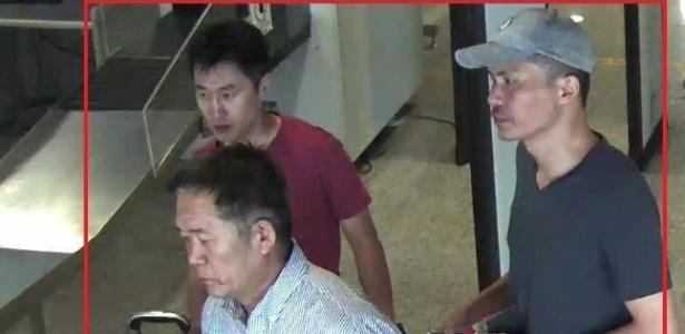Três norte-coreanos considerados suspeitos pela morte de Kim Jong-nam: Ri Jae-nam (esq frente), Hong Song-hac (esq) and Ri Ji-hyun (dir)