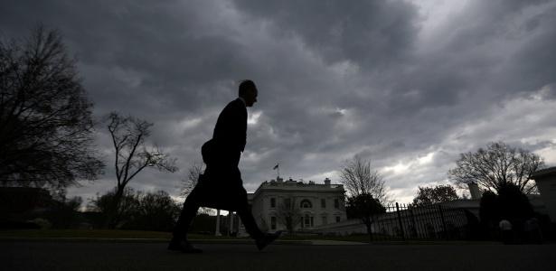 Homem caminha pela ala norte da Casa Branca, em Washington DC
