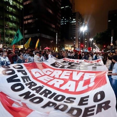 Manifestantes levam bandeira em defesa de uma greve geral durante manifestação contra o presidente Michel Temer na avenida Paulista, em São Paulo em 2017 - Marcelo Justo/UOL