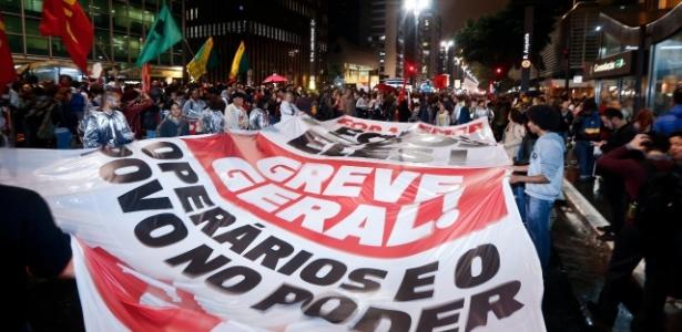 18.mai.2017 - Manifestantes levam bandeira em defesa de uma greve geral durante o protesto em São Paulo