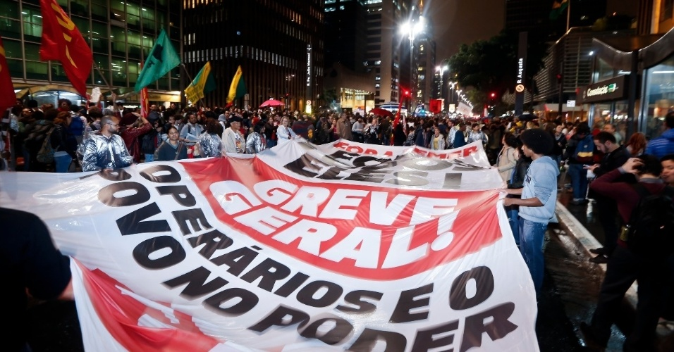 18.mai.2017 - Manifestantes levam bandeira em defesa de uma greve geral durante o protesto contra o presidente Michel Temer na avenida Paulista, em São Paulo