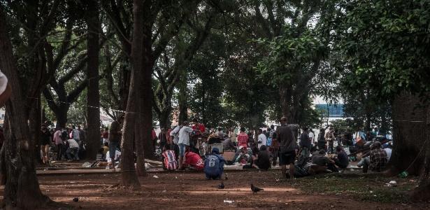24.mai.2017 - Usuários de droga ocupam a Praça Princesa Isabel, na região central, depois da desocupação da Cracolândia