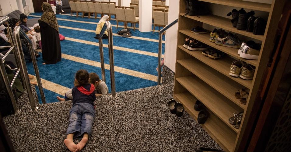 7.jun.2017 - Filhos acompanham suas mães durante celebração da quebra de jejum do Ramadã, na Mesquita Brasil, em São Paulo