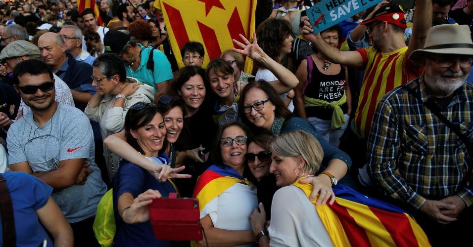 27.out.2017 - Grupo de mulheres tira foto durante celebração da decisão do Parlamento catalão, que aprovou a resolução para declaração de independência da região