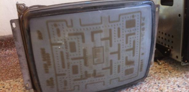 """TV antiga com tela marcada pelo efeito """"burn-in"""""""