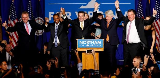 O democrata Ralph Northam (centro) venceu na Virgínia