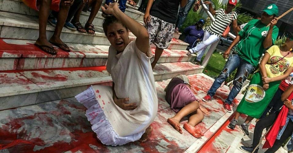 8.mar.2018 - Mulheres do MST (Movimento dos Trabalhadores Sem-Terra) e de outros movimentos sociais fazem intervenção artística alusiva aos casos de feminicídio em Aracaju (SE)
