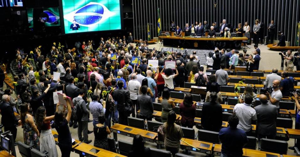15.mar.2018 - Deputados federais fazem ato no plenário da Câmara dos Deputados, em Brasília, em homenagem à vereadora Marielle Franco (PSOL-RJ), assassinada a tiros na noite da quarta-feira (14) quando voltava de um evento do movimento negro no centro do Rio de Janeiro
