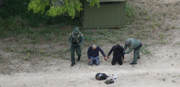 4.abr.2018 - Agentes de proteção às fronteiras dos Estados Unidos apreendem imigrantes que cruzaram a ilegalmente a fronteira no Texas