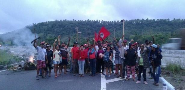 Militantes do MST (Movimento dos Trabalhadores Sem Terra) bloqueiam a rodovia Louraça Batista (SE-270), na altura do povoado Taboca, em Itaporanga D'Ajuda, Sergipe, em protesto contra a prisão do ex-presidente Luiz Inácio Lula da Silva