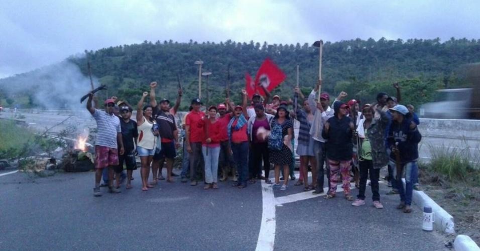 6.abr.2018 - Militantes do MST (Movimento dos Trabalhadores Sem Terra) bloqueiam a rodovia Louraça Batista (SE-270), na altura do povoado Taboca, em Itaporanga D'Ajuda, Sergipe, em protesto contra a prisão do ex-presidente Luiz Inácio Lula da Silva