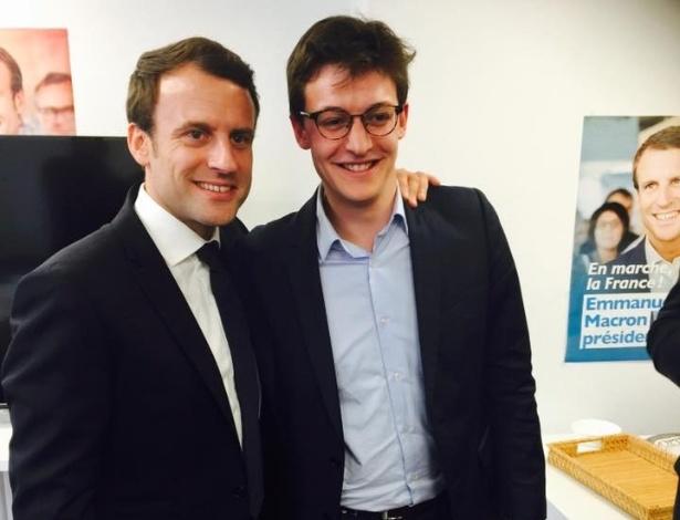 Sacha Houlié posa ao lado do presidente francês, Emmanuel Macron