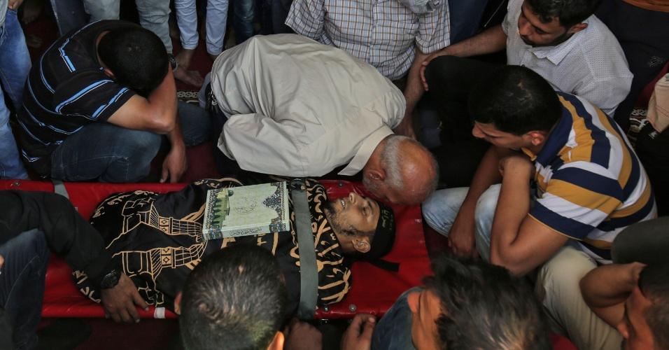 14.maio.2018 - Palestinos velam corpo de homem que foi morto durante protestos na fronteira de Israel com Gaza
