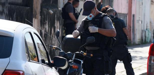 16.mai.2018 - Policial no local onde PM foi assassinado na manhã desta quarta-feira