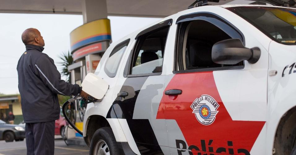Posto de combustíveis na avenida Ragueb Chohfi, na zona leste de São Paulo, abastece somente carros oficiais e viaturas da polícia nesta terça-feira (29). Alguns motoristas estão levando galão de gasolina para tentar abastecer seus veículos