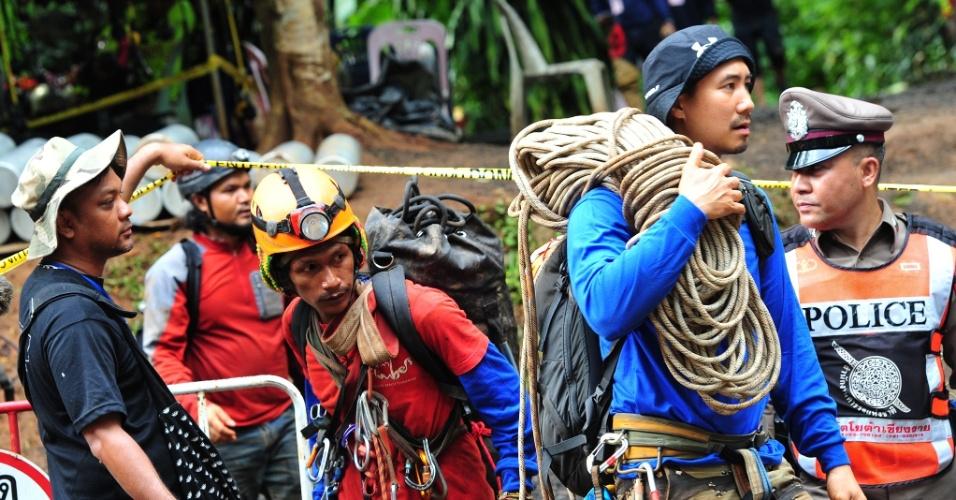 Equipes de resgate buscam pela equipe desaparecida no complexo de cavernas