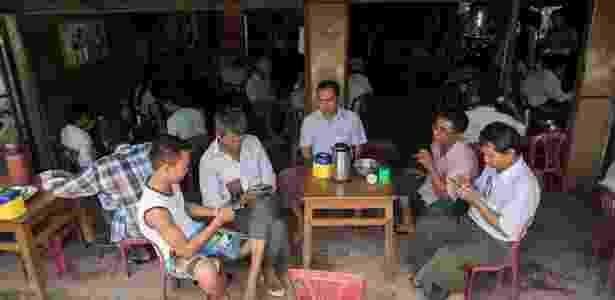 Pessoas usando o Facebook em Mianmar - SAI AUNG MAIN / AFP