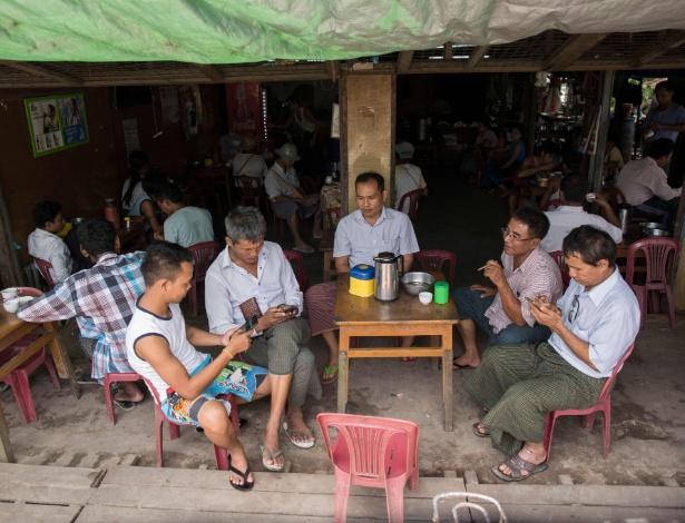 Pessoas usando o Facebook em Mianmar