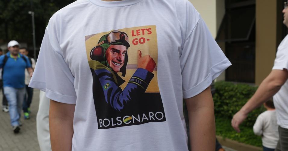 28.out.2018 - Eleitor do candidato à presidência Jair Bolsonaro (PSL) vota no Mackenzie, região central de São Paulo com camiseta em apoio ao presidenciável