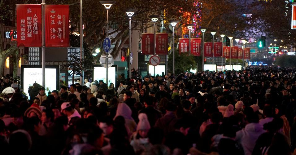 31.dez.2018 - Multidão sai às ruas de Xangai, na China, para comemorar o Ano-Novo