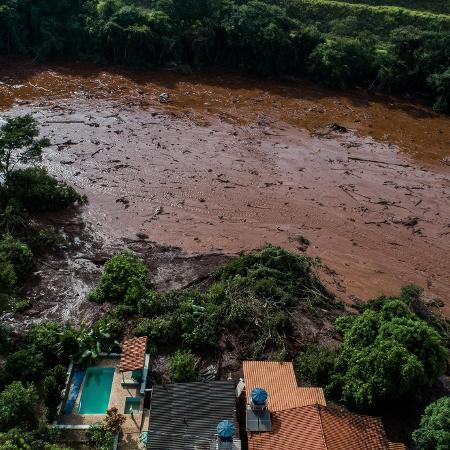 26.jan.2019 - Lama invade casas do bairro Parque da Cachoeira, em Brumadinho, região metropolitana de Belo Horizonte, após o rompimento da barragem da Vale - Eduardo Anizelli/ Folhapress