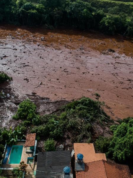 26.jan.2019 - Lama invade casas do bairro Parque da Cachoeira, em Brumadinho - Eduardo Anizelli/ Folhapress