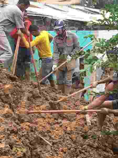15.jun.2019 - Bombeiro trabalha em busca por vítimas de soterramento em Camaragibe, na Grande Recife - Corpo de Bombeiros