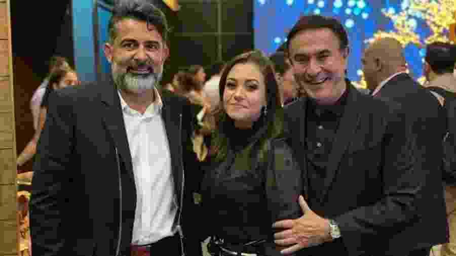 Da esq. para a dir.: Claudio Oliveira, dono do grupo Bitcoin Banco, sua mulher, Lucinara, e o jornalista Amaury Jr. - Reprodução/Facebook