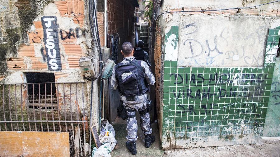 """Operação na comunidade Kelson""""s, na zona norte do Rio de Janeiro, em fevereiro de 2018 - 20.fev.2018 - Danilo Verpa/Folhapress"""