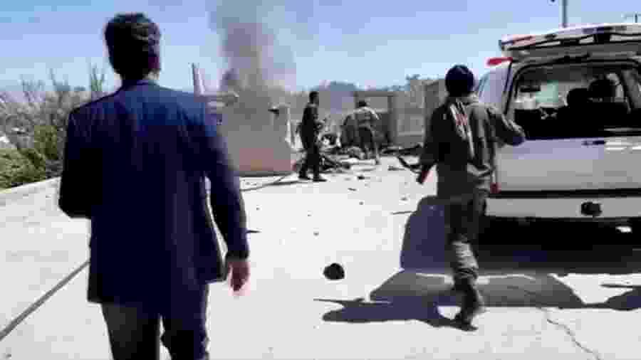 Equipe de segurança se movimenta após ataque em ato de campanha do presidente afegão Ashraf Ghani - Reuters
