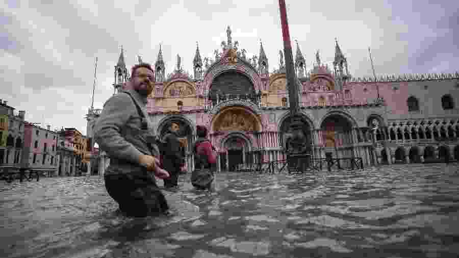 15.nov.2019 - Pessoas caminham pela praça de São Marcos, em Veneza, após inundação - Filippo Monteforte/AFP