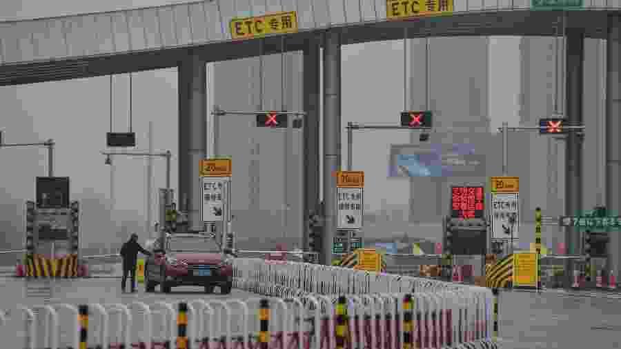 25.jan.2020 - Estrada bloqueada na província de Hubei, na China, por conta da prevenção ao covid-19, que surgiu nessa região do país - Hector Retamal/AFP