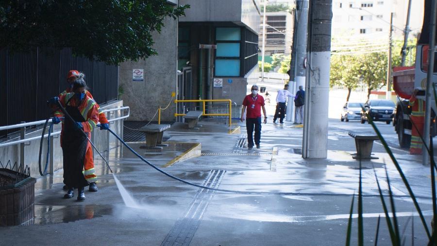 Trabalhadores lavam calçada, bancos e lixeiras nas imediações do Hospital das Clínicas, na zona central de São Paulo - Mister Shadow/ASI/Estadão Conteúdo